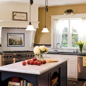 кухня с окном в рабочей зоне идеи декор