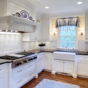 кухня с окном в рабочей зоне интерьер фото