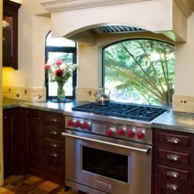 кухня с окном в рабочей зоне фото интерьера