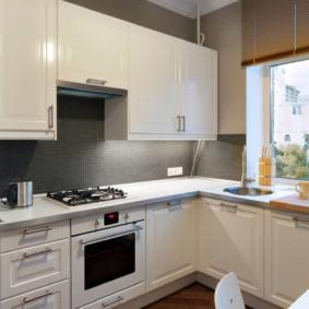 кухня с окном в рабочей зоне оформление фото