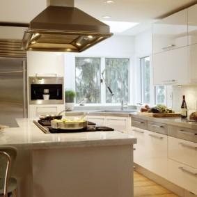 кухня с окном в рабочей зоне варианты фото