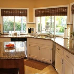 кухня с окном в рабочей зоне идеи вариантов