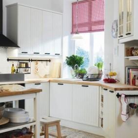 кухня с окном в рабочей зоне виды