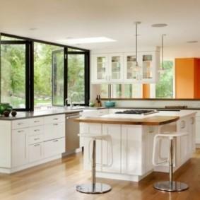 кухня с окном в рабочей зоне виды фото
