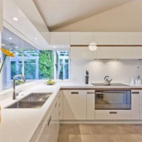 кухня с окном в рабочей зоне фото виды