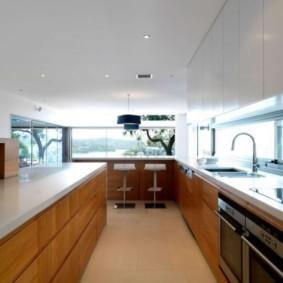 кухня с окном в рабочей зоне фото видов