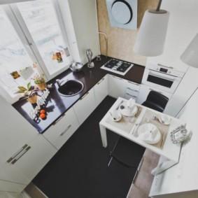 кухня с окном в рабочей зоне обзор