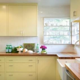 кухня с окном в рабочей зоне виды дизайна