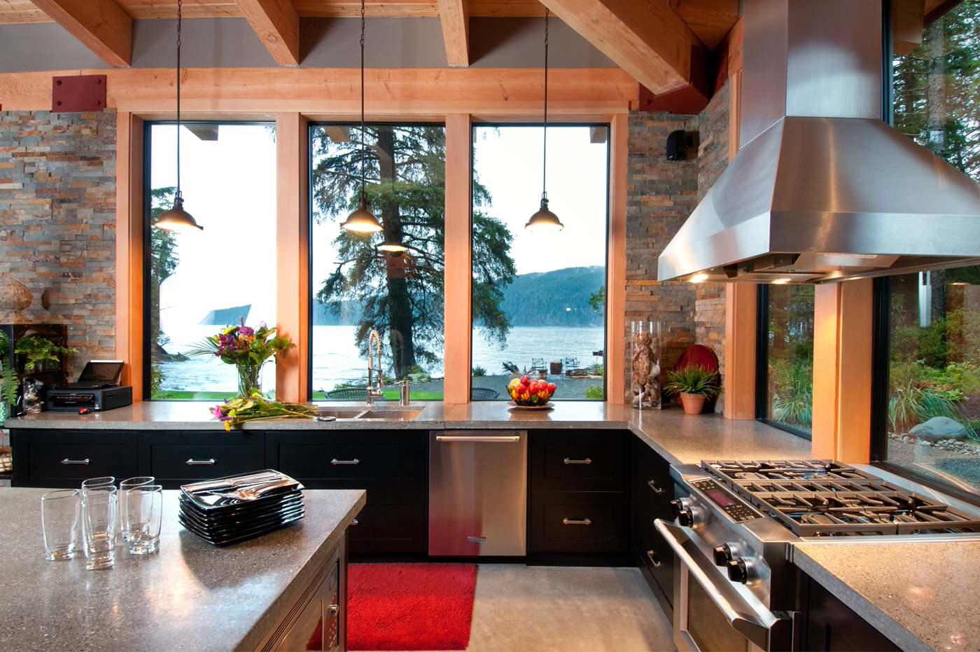 кухня с окном в рабочей зоне плита у окна