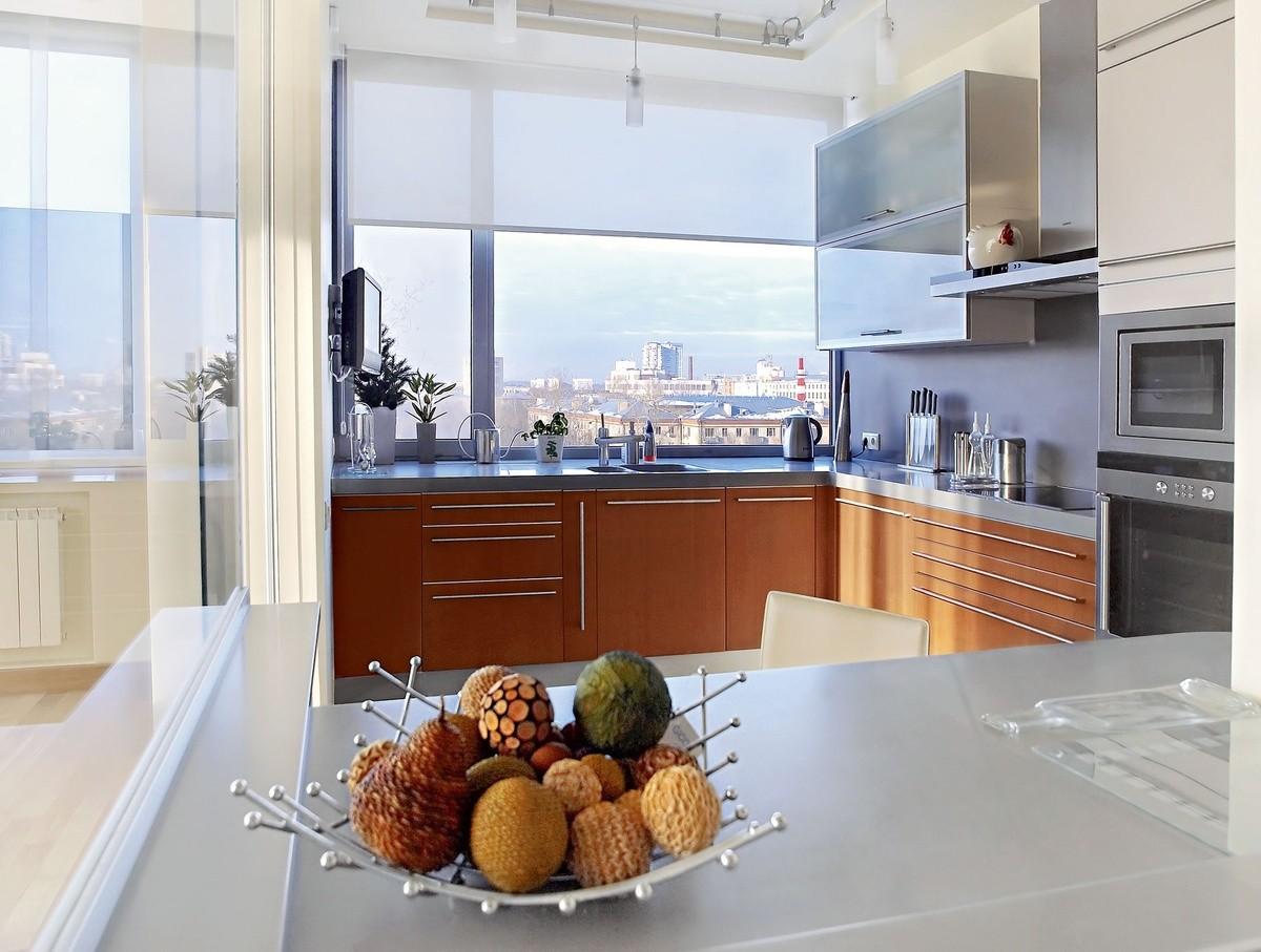 кухня с окном в рабочей зоне рулонные шторы