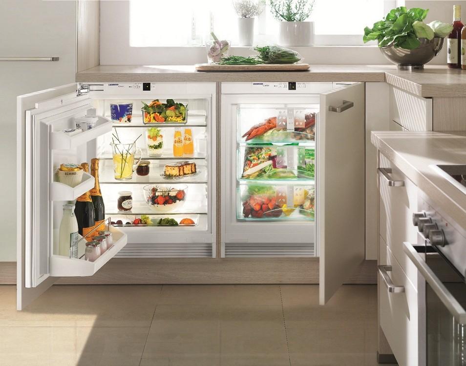 кухня с окном в рабочей зоне холодильник под окном