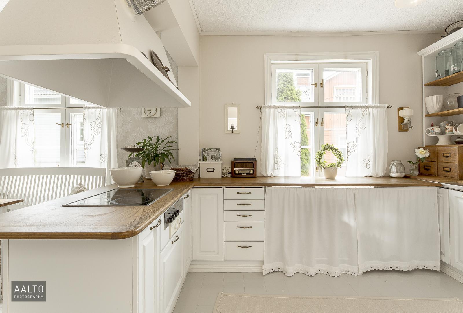 кухня с окном в рабочей зоне занавески