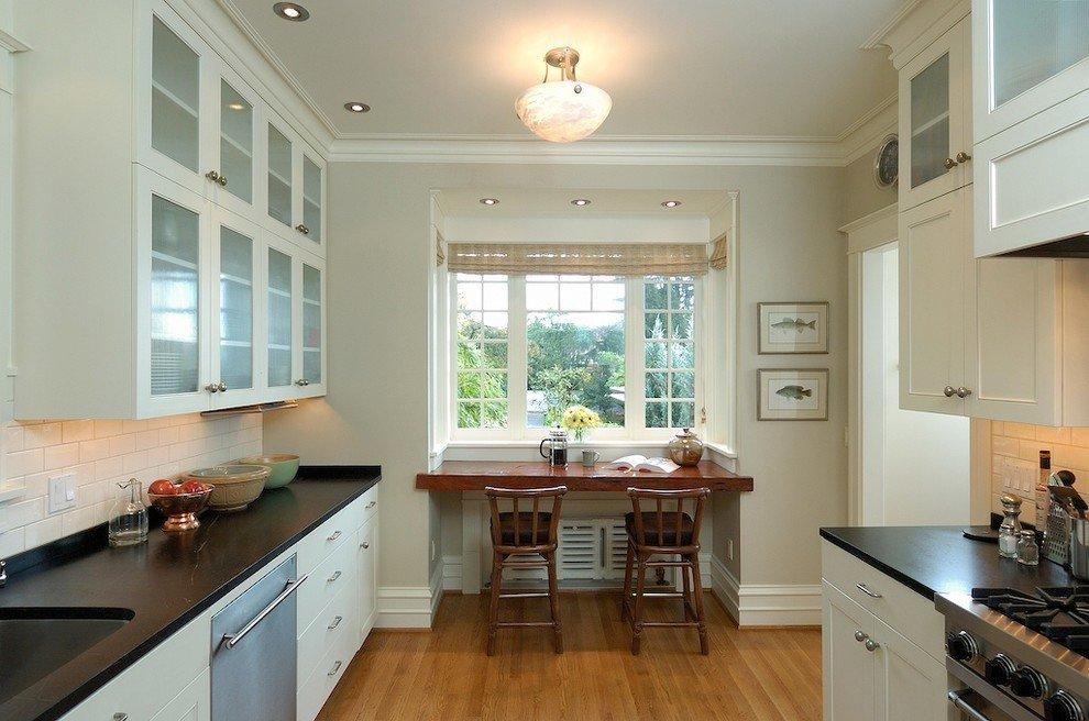 кухня с окном в столовой зоне