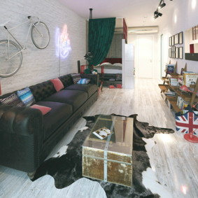Старый сундук на полу квартиры