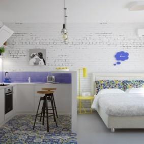 Беленая стена из кирпича в квартире студии