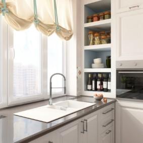 Кухонная мойка перед пластиковым окном