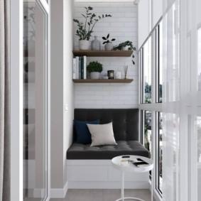 Уютный диванчик на застекленном балконе