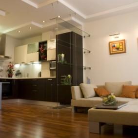 Подсветка над модульными картинами в гостиной