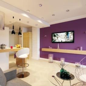 Телевизионная панель на фиолетовой стене