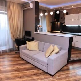 Бежевые шторы в комнате с диваном