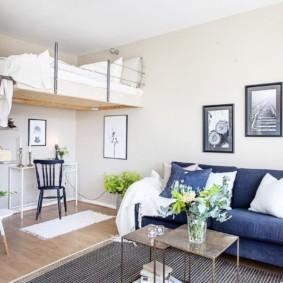 Подвесная кровать в квартире с высоким потолком