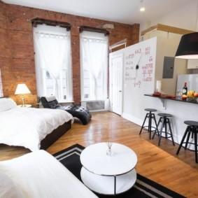 Деревянный пол квартиры с кирпичными стенами