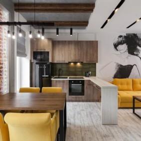 Желтая мебель в кухне гостиной