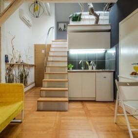 Деревянная лестница на второй этаж квартиры
