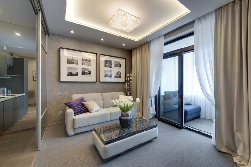 Стеклянная дверь раздвижного типа между лоджией и гостиной