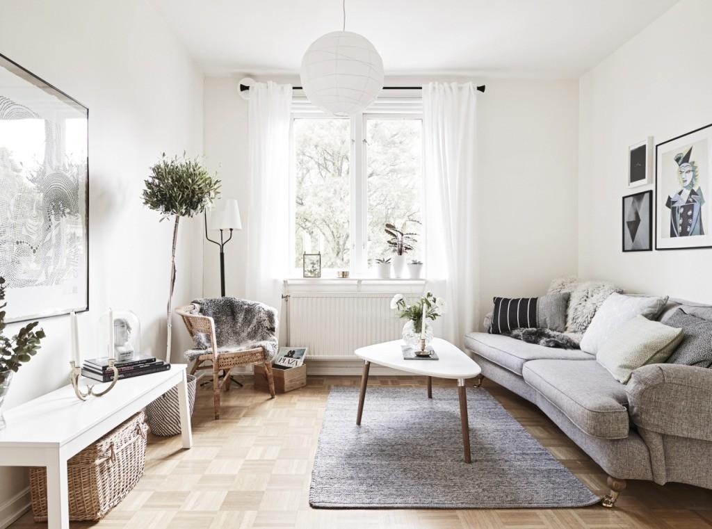 Белые занавески на окне квартиры в скандинавском стиле