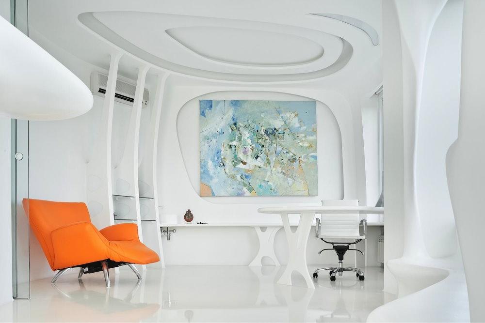 Оранжевое кресло в белой комнате хай тек
