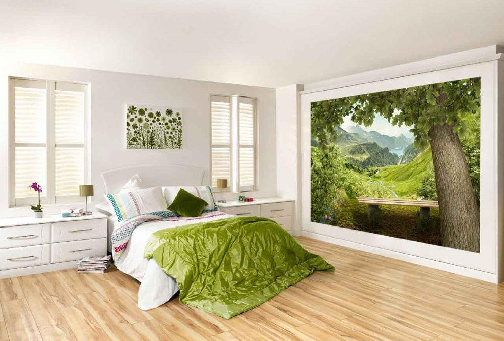 Лес на картине в светлой спальне