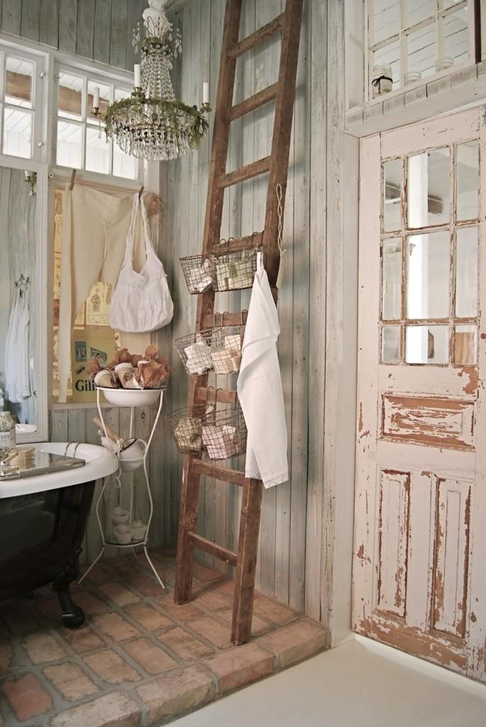 Приставная лестница в ванной комнате