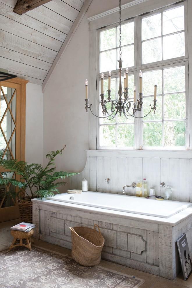 Люстра в форме канделябра в ванной сельского дома