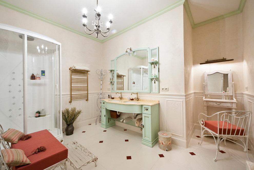 Интерьер ванной в стиле прованс с люстрой