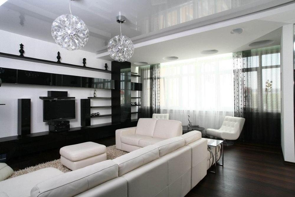 Белый диван в гостиной с темным полом