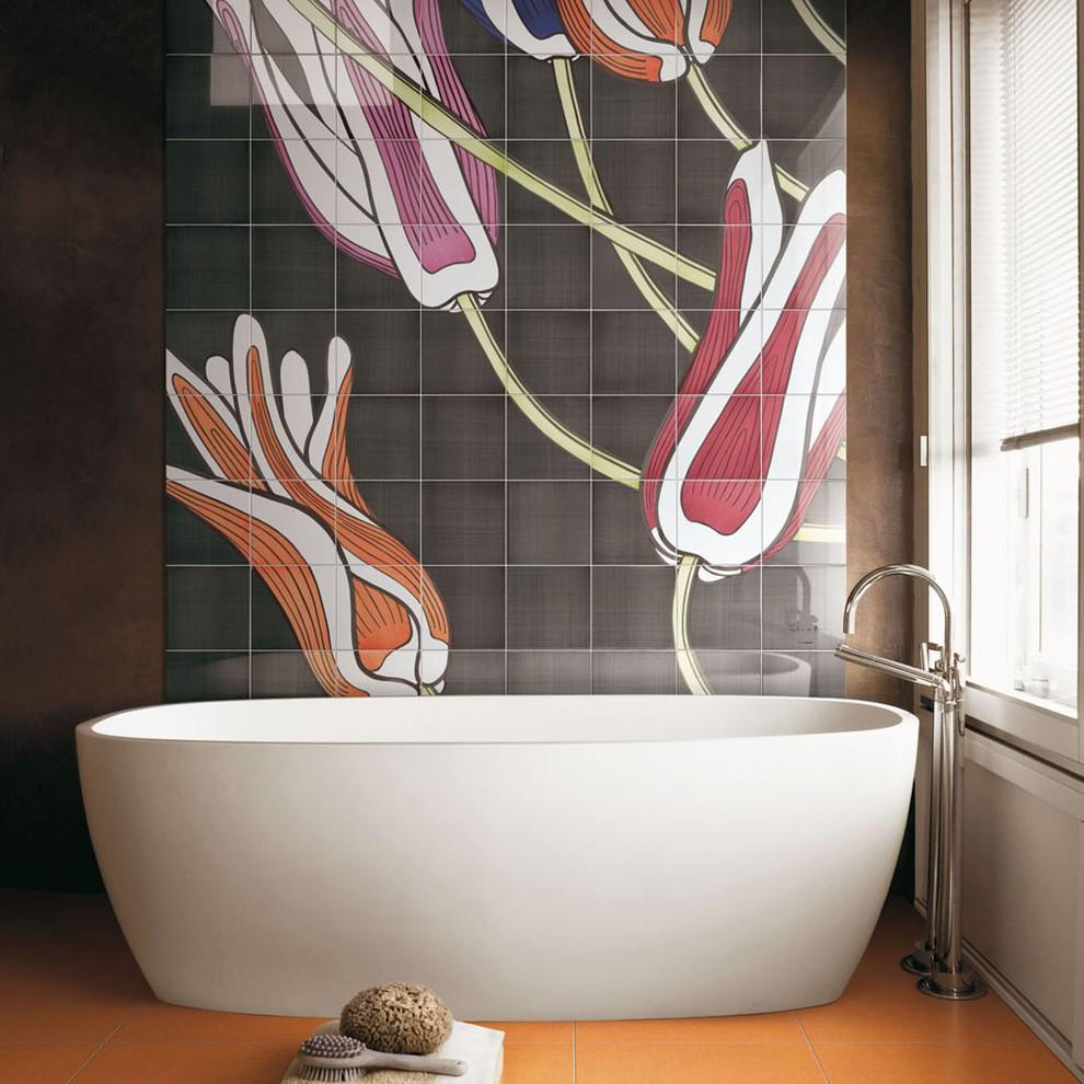 Красивое керамическое панно над акриловой ванной