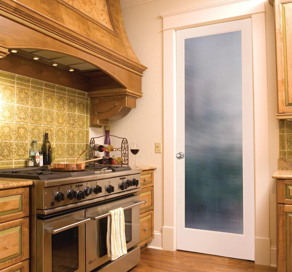 Матовое стекло в двери с деревянным каркасом
