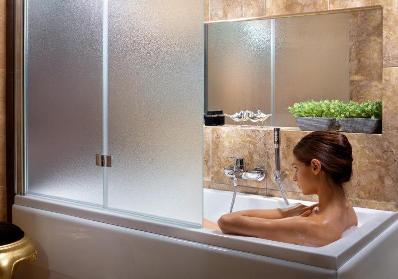 Девушка в ванне с матовой шторкой