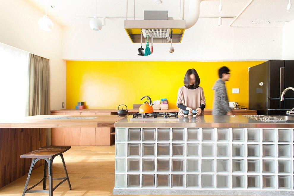 Кухонный остров из стеклоблоков с деревянной столешницей