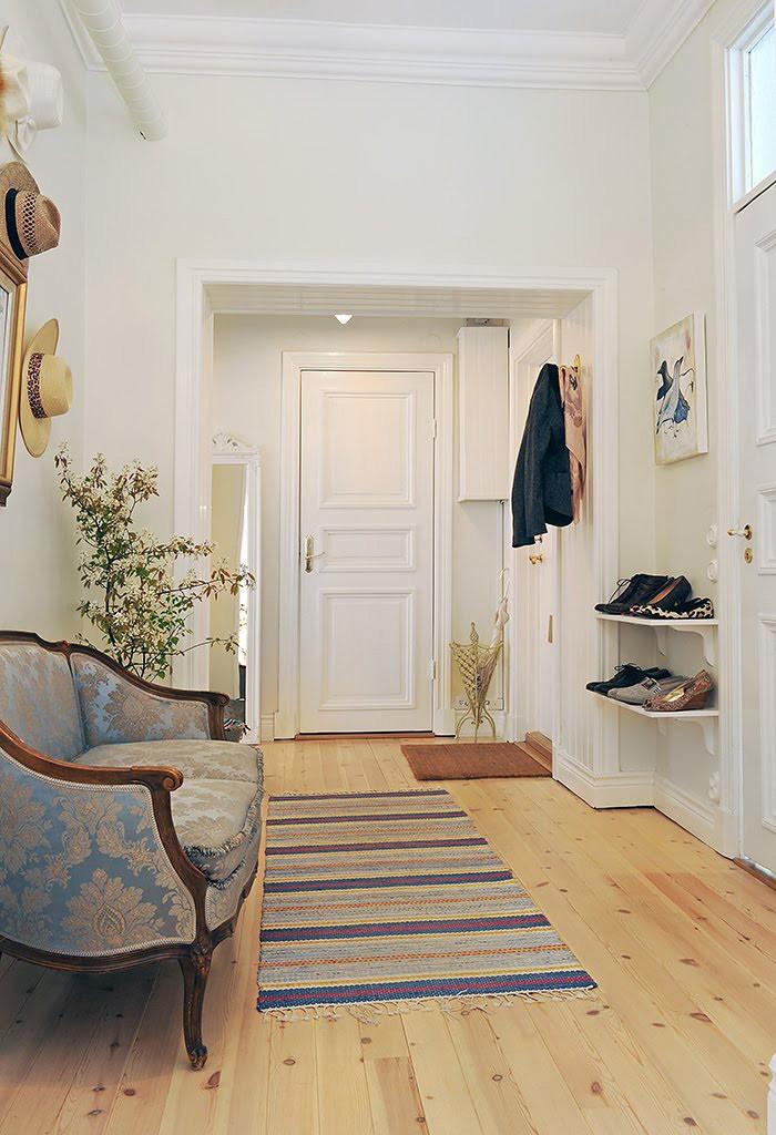 Мягкая мебель в просторной прихожей сканди