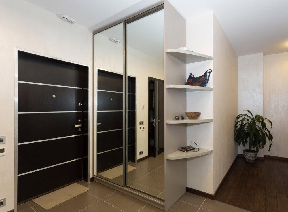 Шкаф-купе в прихожей квартиры