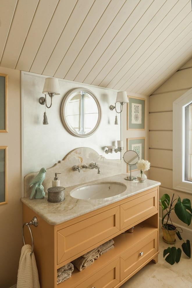 Деревянная мебель в уютной ванной комнате
