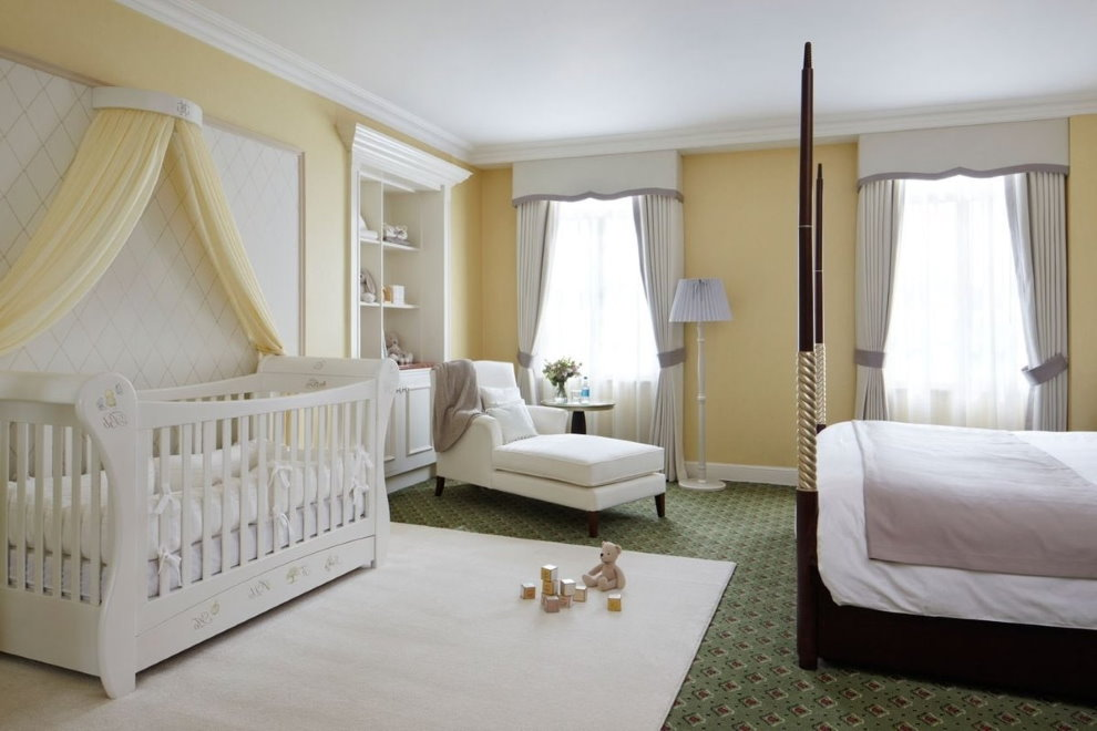 Место для игр на коврике в спальной комнате