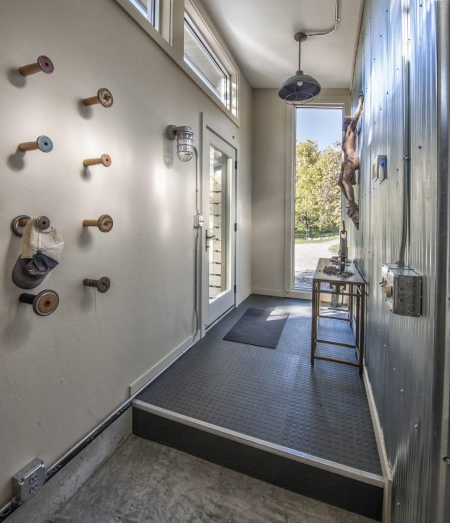 Оцинкованный металл на стене узкого коридора в частном доме