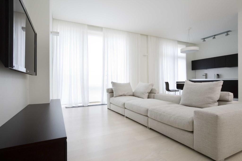 Интерьер гостиной в стиле минимализма с черной мебелью