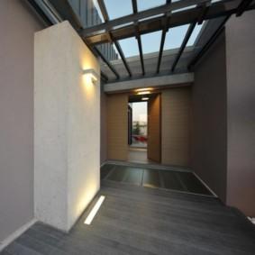 Прихожая частного дома с окном в потолке
