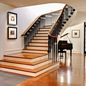 Маршевая лестница в холле загородного дома