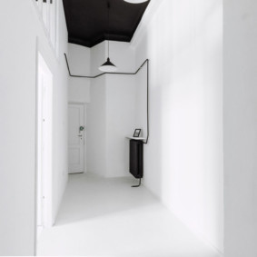 Дизайн небольшого коридора с белым полом
