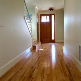 Деревянный пол в холле с лестницей